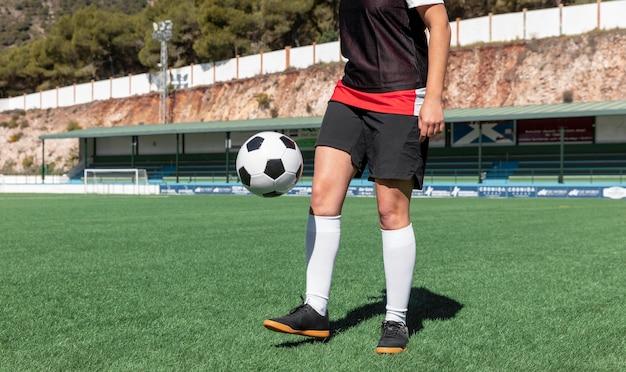 Giocatore sul campo di calcio da vicino