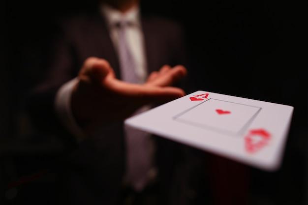 Giocatore che lancia una carta da gioco