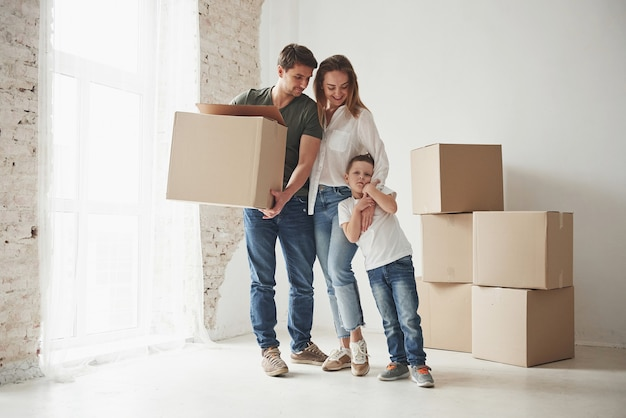 Stato d'animo giocoso del bambino. la famiglia ha la rimozione in una nuova casa. disimballaggio di scatole mobili.