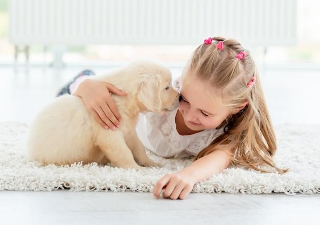 Cucciolo allegro profuma di ragazza felice