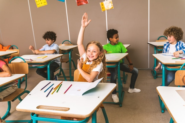 Scolari giocosi che si godono il tempo scolastico e le lezioni con l'insegnante e i compagni di classe
