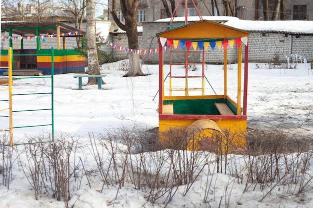 Nel parco giochi d'inverno puoi vedere le scale una casa di ferro una locomotiva una veranda