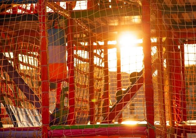 Parco giochi con tappetini colorati e morbidi oggetti per i giochi
