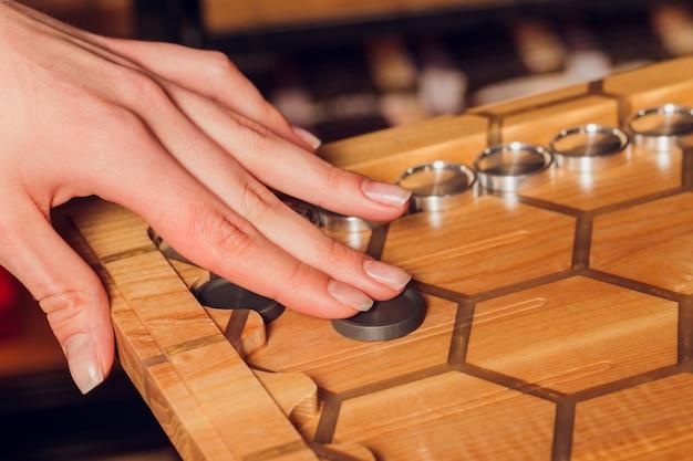 Giocare a backgammon. l'uomo gioca a un gioco da tavolo. dadi sulla tavola di legno.