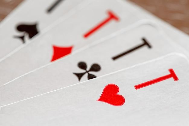 Carte da gioco, assi di cuori, fiori, quadri, picche, macro close-up, messa a fuoco selettiva