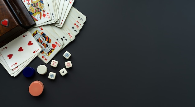 Carte da gioco e dadi su sfondo grigio scuro