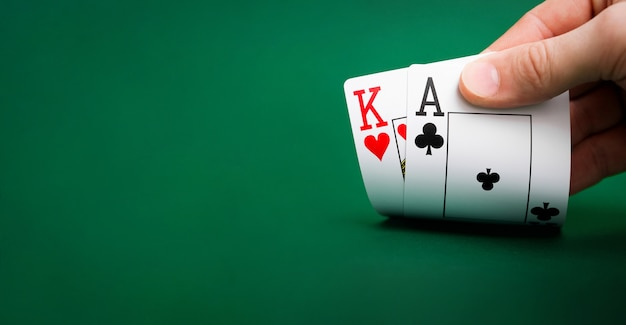 Carte da gioco su un casinò tavolo verde