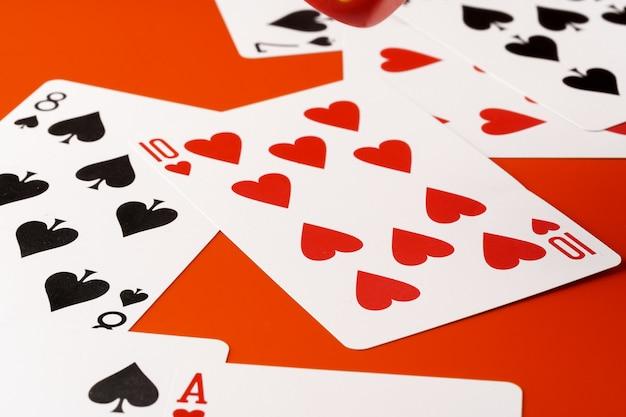 Carte da gioco sulla fine della superficie della carta su