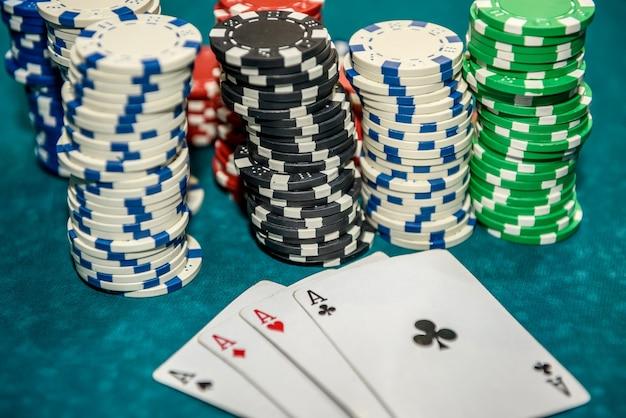 Carte da gioco con fiches da poker colorate da vicino