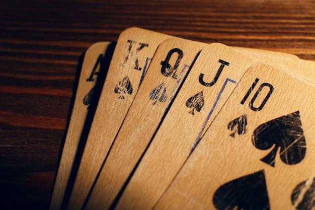 Carte da gioco sul tavolo di legno, primo piano