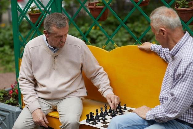 Giocare a scacchi nel cortile