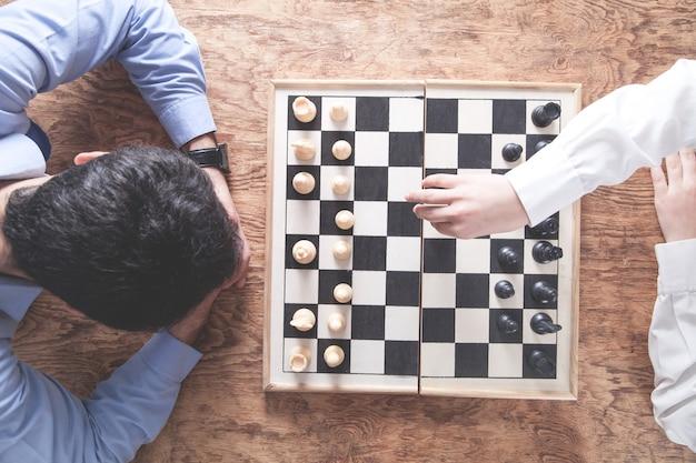 Giocare a scacchi. concetto di strategia di concorrenza