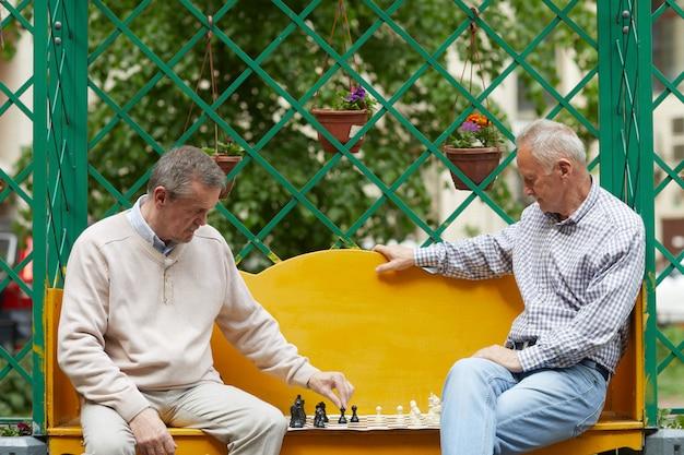 Giocare a scacchi in giardino