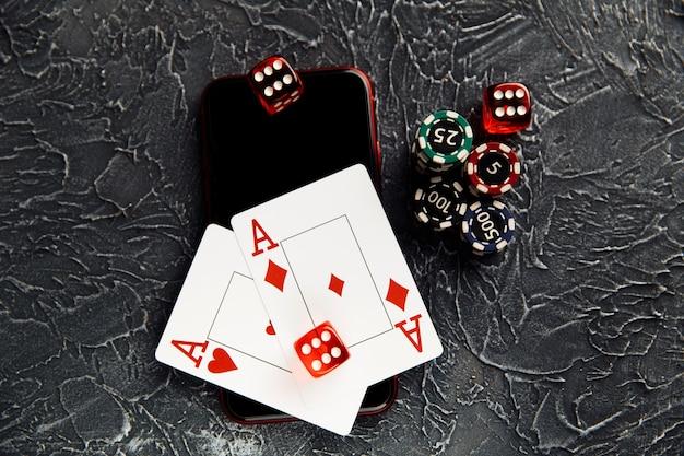 Carte da gioco chip tre dadi e smartphone