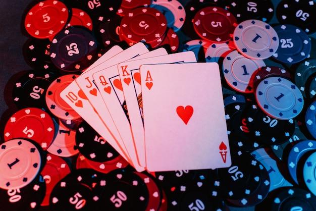 Primo piano di carte da gioco e fiches da gioco. la vista dall'alto