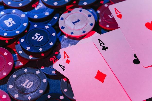Primo piano di carte da gioco e fiches. la vista dall'alto