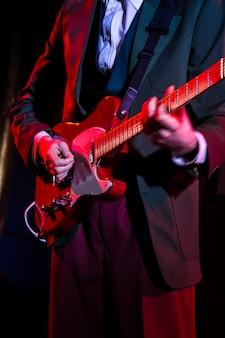 Suonare la chitarra sul palco