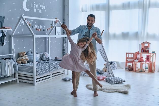 Giocare con papà. padre che porta sua figlia e sorride