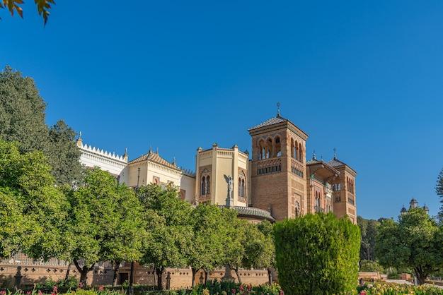 La plaza de america e il museo delle arti popolari di siviglia, in andalusia, spagna si trova nel parque de maria luisa.