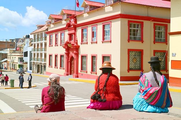 Plaza de armas con un gruppo di donne locali in abiti tradizionali andini puno perù