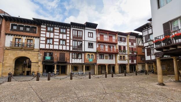 Plaza de hondarribia, case tradizionali e balconi fioriti nei paesi baschi. spagna.
