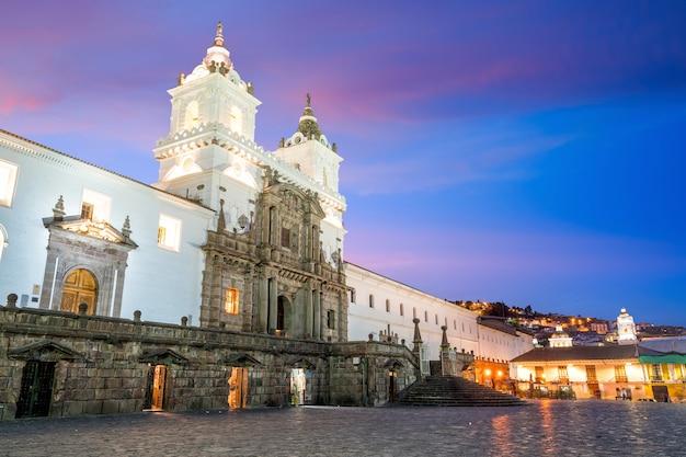 Plaza de san francisco nella città vecchia di quito, ecuador