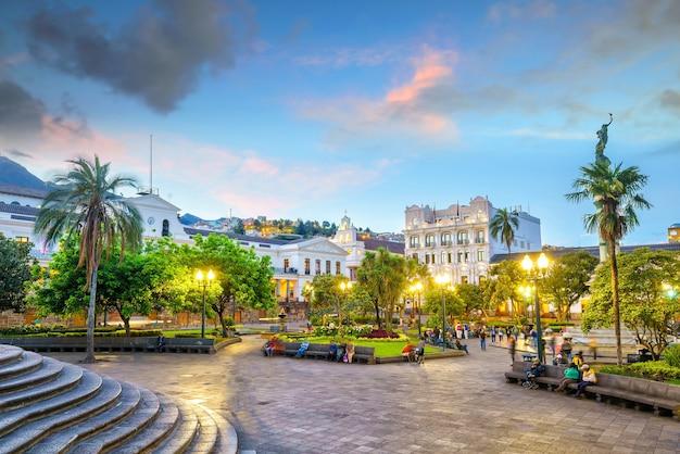 Plaza grande nella città vecchia di quito, ecuador di notte