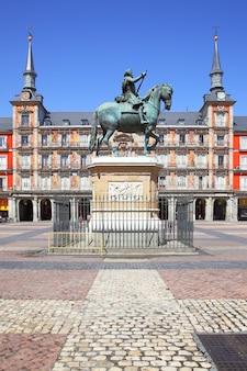 Plaza mayor (piazza principale) con la statua del re filippo iii a madrid, spagna