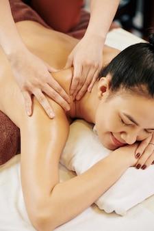 Piacevole massaggio alla parte superiore della schiena