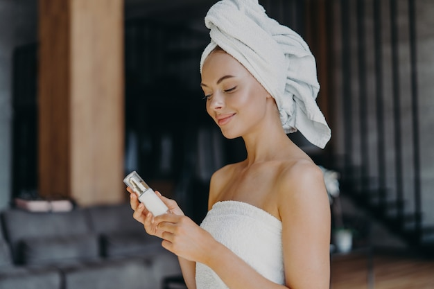 Donna in buona salute soddisfatta con pelle liscia