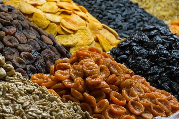 Tanta frutta secca in un mercato orientale