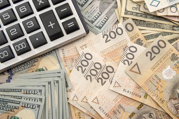 Pln polacco denaro e calcolatrice come concetto di affari e scambio. moneta