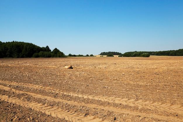 Terreno arato in campo agricolo dopo la raccolta dei cereali