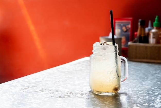 Vaso di soda prugna e limone lime