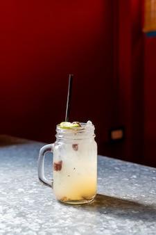Barattolo di soda prugna e limone lime
