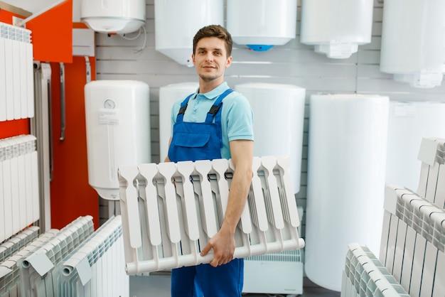 Idraulico detiene il riscaldamento del radiatore, negozio di idraulica