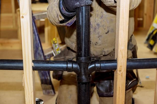 Colla per giunti idraulici tubi di scarico delle acque reflue in pvc su una casa in costruzione