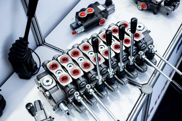 Impianti idraulici e raccordi su sfondo chiaro