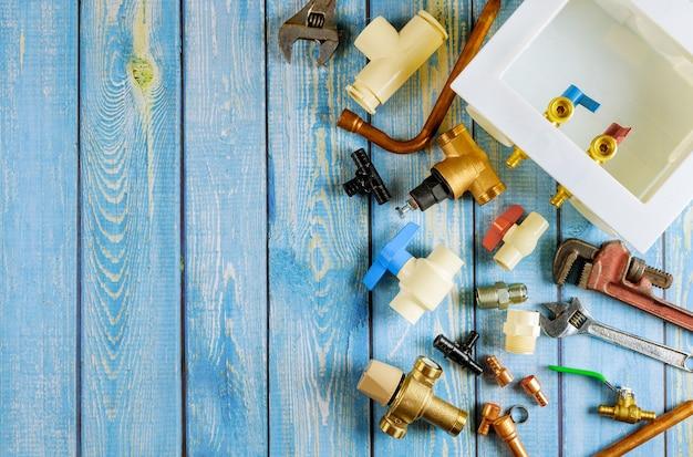 Varietà di strumenti idraulici materiali del miscelatore, diversi raccordi in ottone nei tubi, adattatori, scarico