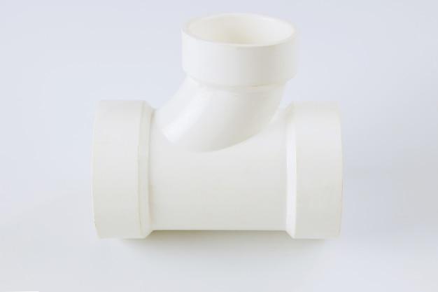 Scarico delle acque reflue dell'impianto idraulico pvc che collega i tubi di plastica su una parete bianca