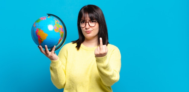 Plus size bella donna che si sente arrabbiata, infastidita, ribelle e aggressiva, gira il dito medio, reagisce