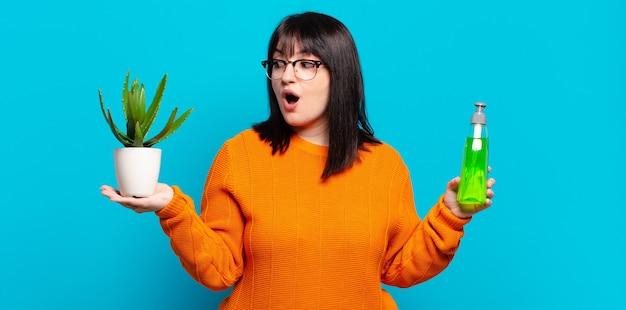 Plus size bella donna che tiene cactus. concetto di aloe vera