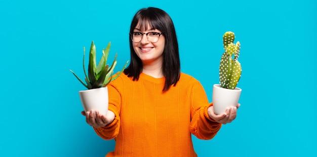 Plus size pretty woman holding cactus. concetto di aloe vera