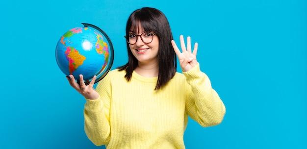 Plus size bella donna sorridente e dall'aspetto amichevole, mostrando il numero quattro o il quarto con la mano in avanti, il conto alla rovescia