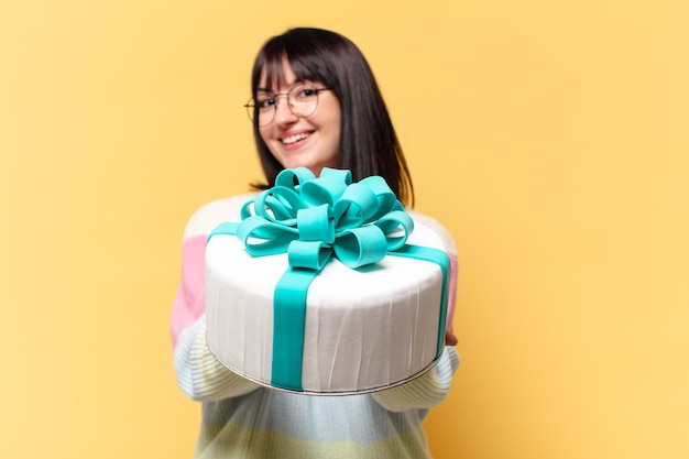 Plus size bella donna con una torta di compleanno