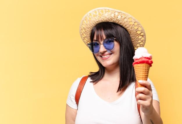 Plus size bella donna con occhiali da sole, gelato e un cappello in vacanza