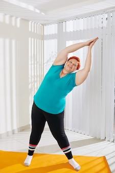 Plus size donna facendo curve laterali