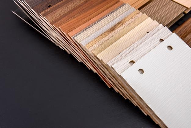 Campionatore di compensato in ventola alla scrivania in legno si chiuda