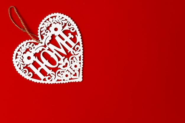 Topper in compensato, cuore su sfondo rosso, vista dall'alto, scritta home, orizzontale
