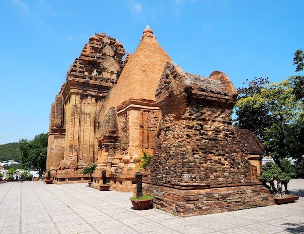 Po nagar cham tower, antico tempio di nha trang, vietnam nella luce del giorno estiva con cielo blu (vista posteriore)